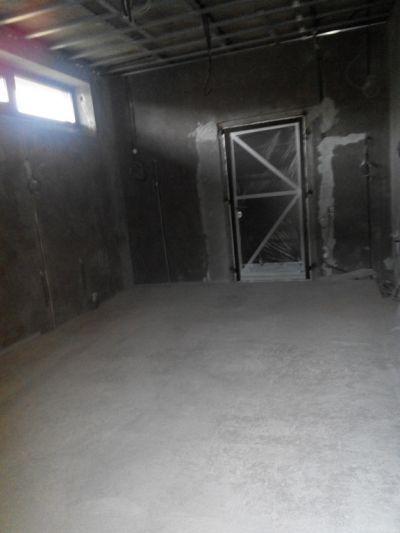 Наливной пол в гараже загородного дома полиуретановый паркетный лак 2.5 литра - це